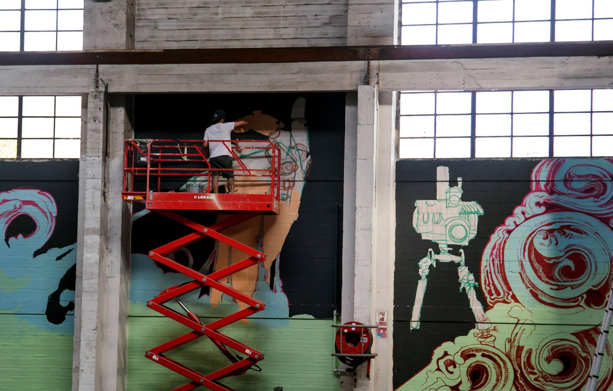 Le street artist Nubian en pleine fresque