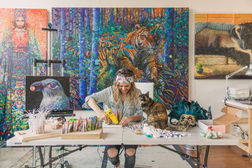 Iris Scott dans son atelier